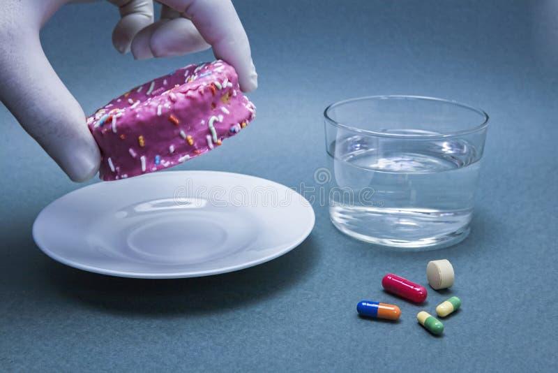 Verschiedene Medizin, zum von Diabetes zusammen mit einem süßen Kuchen, von Konzept der Krankheit der Hyperglykämie oder von Diab stockfotos