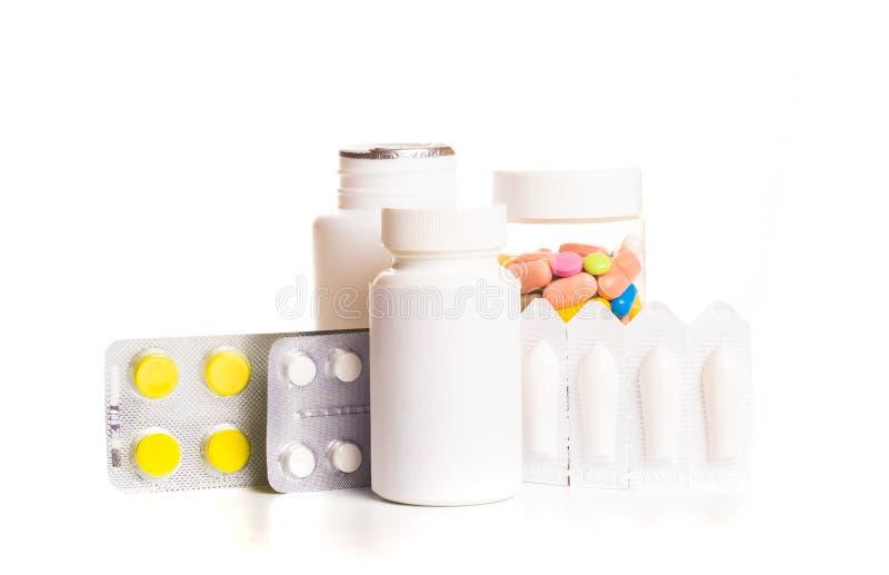 Verschiedene medizinische Flaschen und Tabletten lokalisiert auf Weiß lizenzfreies stockbild