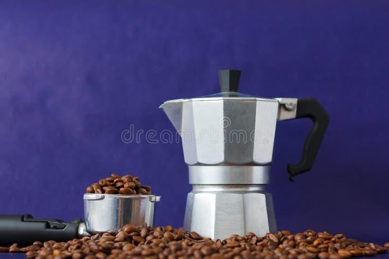 Verschiedene Methoden der Kaffee-Vorbereitung auf Violet Background Moka-Topf gegen Kaffee-Besetzer lizenzfreie stockfotografie