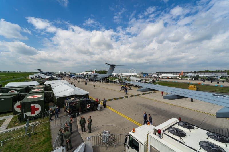 Verschiedene Militär- und Zivilluftfahrtausrüstung auf dem Flugplatz lizenzfreie stockfotos