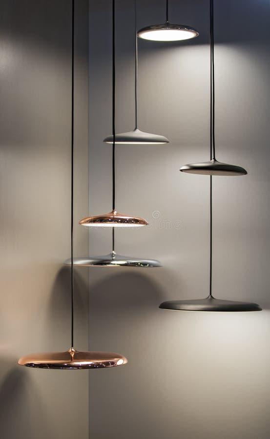 Verschiedene moderne stromlinienf?rmige Spiegelkupferleuchter Metallkupferne scheibenförmige hängende Lampen Dachbodenart stockfoto