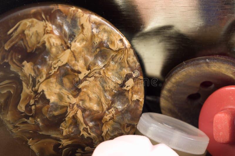 Verschiedene nähende Knöpfe eingestellt auf Metallhintergrund Weinlese colorfu stockbild