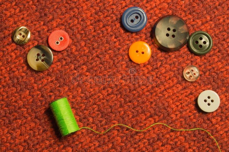 Verschiedene nähende Knöpfe mit den Faden auf Textilhintergrund Kopieren Sie Platz lizenzfreie stockfotografie