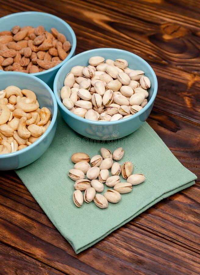 Verschiedene Nüsse in Schalen Nuts-Sortiment Nuts-Mix für eine gesunde Ernährung lizenzfreies stockfoto