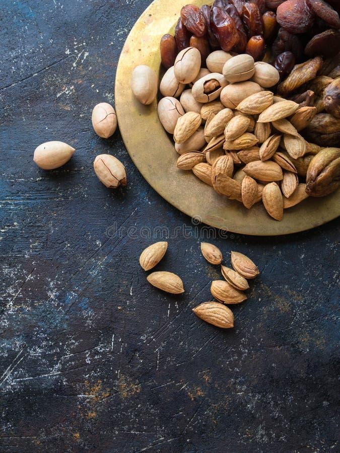 Verschiedene Nüsse und Trockenfrüchte auf einem dicken Kupferblech lizenzfreies stockbild