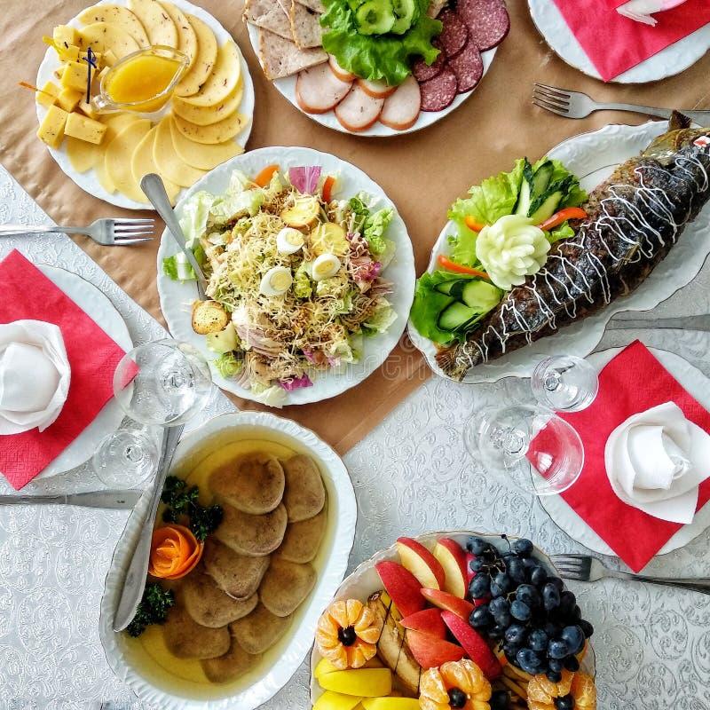 Verschiedene Nahrung auf dem Tisch im Restaurant Traditionelle ukrainische Küche Bewegliches Foto, flache Lage stockfotos