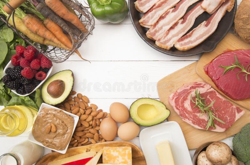 Verschiedene Nahrungsmittel, die für fettreiches perfekt sind, kohlenhydratarme Diäten lizenzfreies stockbild