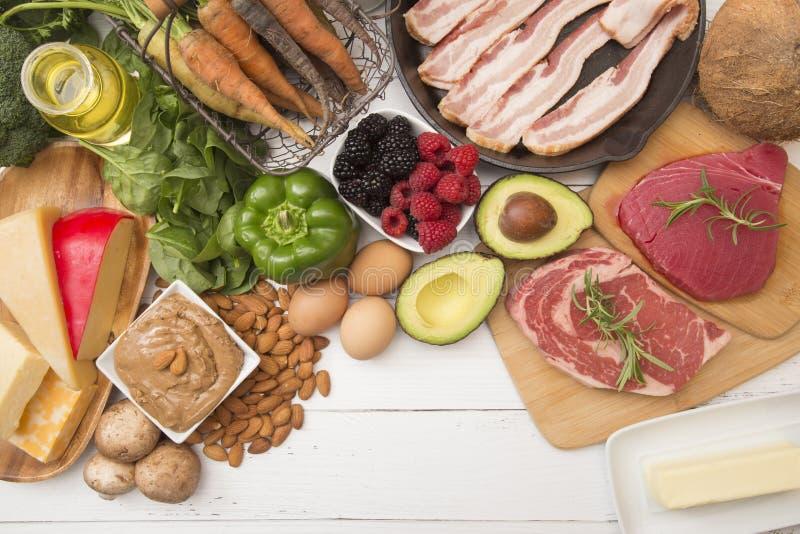 Verschiedene Nahrungsmittel, die für fettreiches perfekt sind, kohlenhydratarme Diäten stockbilder