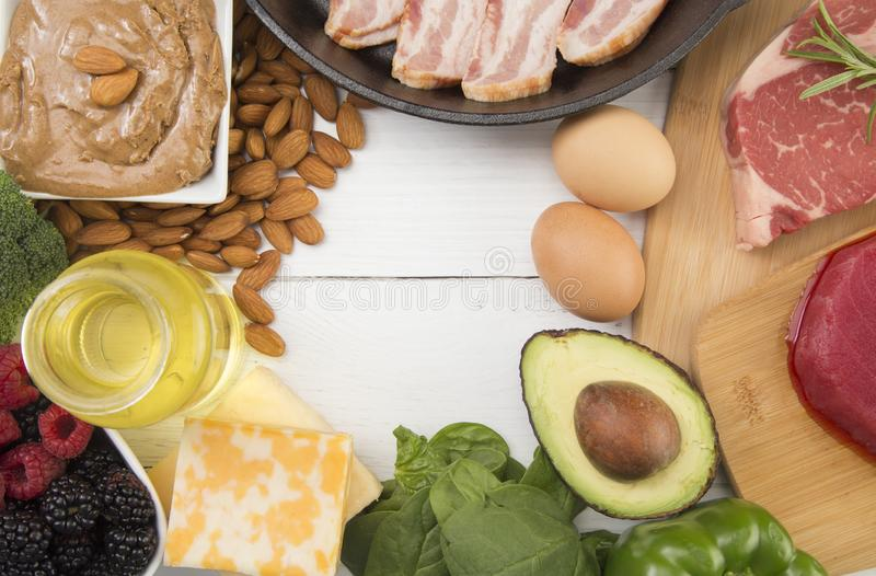 Verschiedene Nahrungsmittel, die für fettreiches perfekt sind, kohlenhydratarme Diäten stockfoto