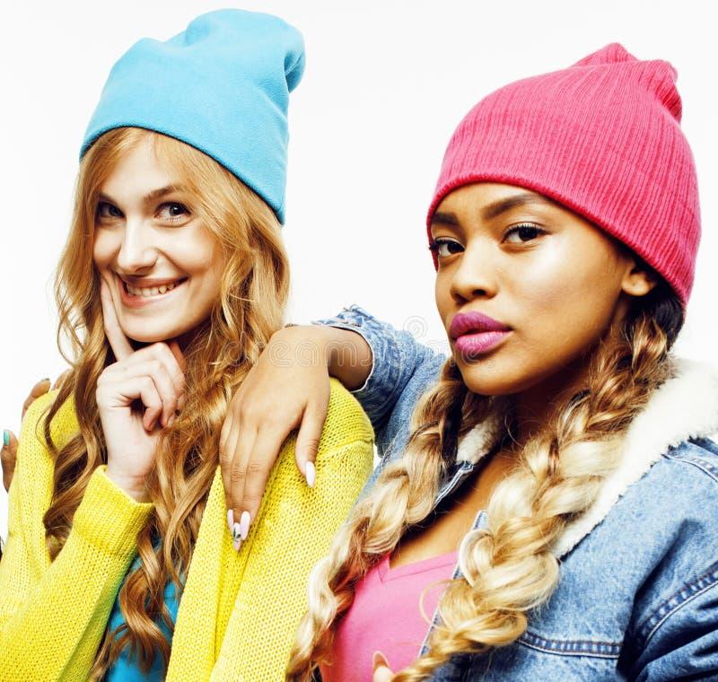 Verschiedene Nationsmädchengruppe, Firma mit zwei verschiedenes rase Jugendfreunden nett, Spaß, glückliches Lächeln, nette Aufste lizenzfreies stockfoto