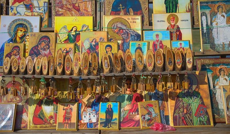 Verschiedene orthodoxe christliche Ikonen auf Anzeige am Markt für Verkauf stockfoto
