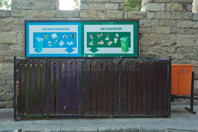 Verschiedene Papierkörbe auf Stand nahe Fußweg Lebensmittelabfälle Nichtlebensmittelabfall Biomüll, der im offenen grünen Abfall  lizenzfreies stockfoto