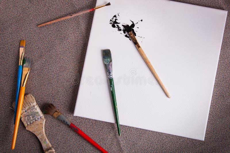 Verschiedene Pinsel des KünstlerArbeitsplatzes lizenzfreie stockfotografie