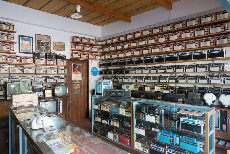 Verschiedene Radios, Fernsehen und elektronisches der alten Weinlese in den Antiquitätenladenregalen am Knall Yai Nonthaburi, Tha stockbilder