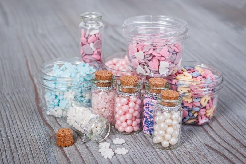 Verschiedene Süßigkeit besprüht in den kleinen Speicherfällen stockfotos