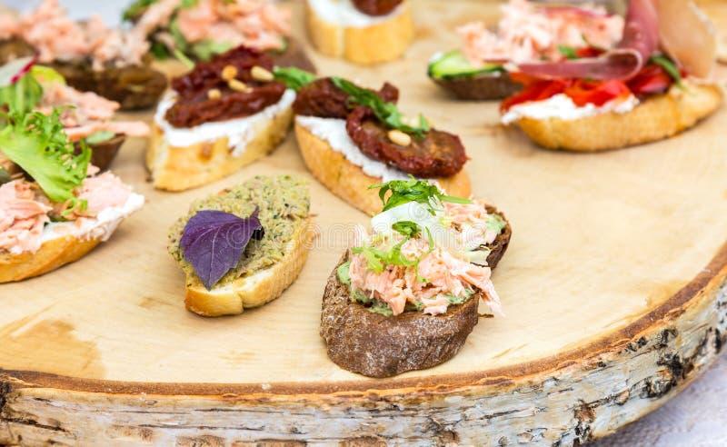Verschiedene Sandwiche mit Fleisch und Frischgemüse stockfotografie