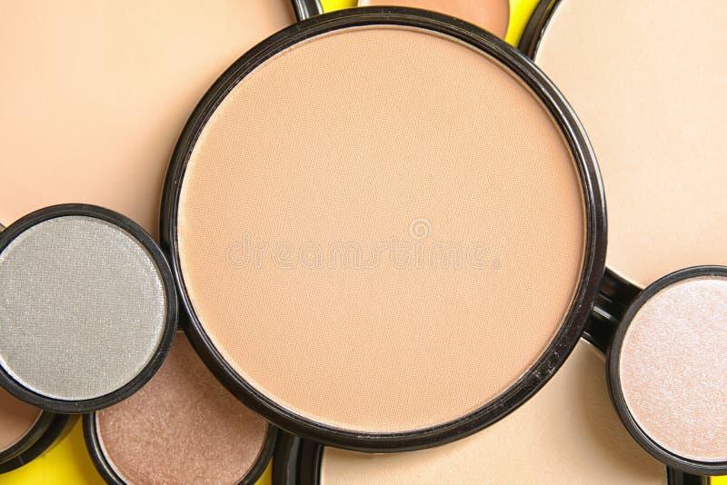 Verschiedene Schatten des Gesichtspuders und anderer kosmetischer Produkte stockfotos