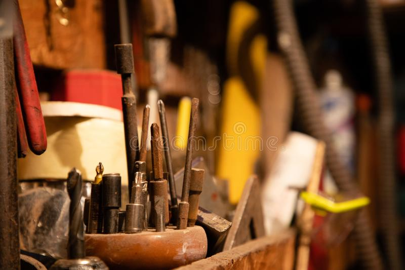 Verschiedene Schraubenzieher und andere Werkzeuge auf Garage stockfotografie