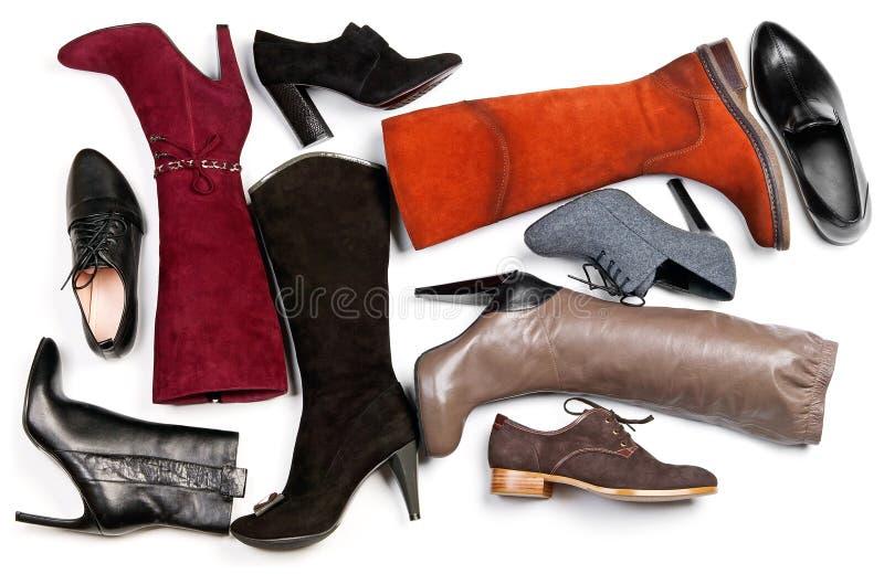 Verschiedene Schuhe und Matten über Weiß lizenzfreie stockfotografie