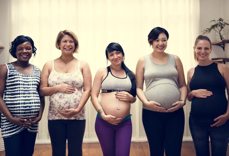 Verschiedene schwangere Frauen in der Mutterschaftsklasse lizenzfreie stockfotos