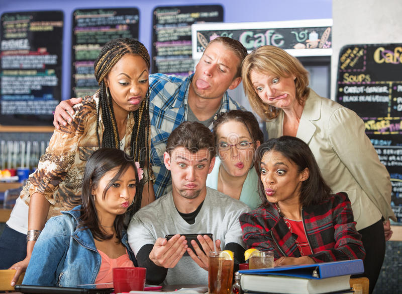 Verschiedene Studenten, die Kamera-Gesichter machen lizenzfreies stockbild