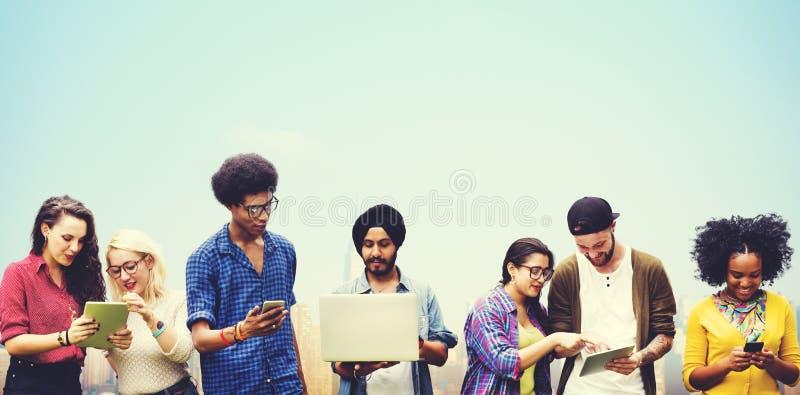 Verschiedene Studenten, die zusammen Technologie-Konzept studieren stockfotografie