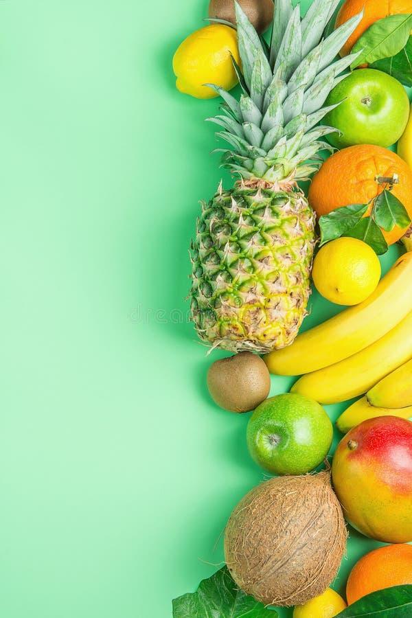 Verschiedene tropische Sommer-Früchte Ananas-Mango-Kokosnuss-Zitrusfrucht-Orangen-Zitronen-Äpfel Kiwi Bananas auf Türkis-Hintergr lizenzfreie stockfotografie