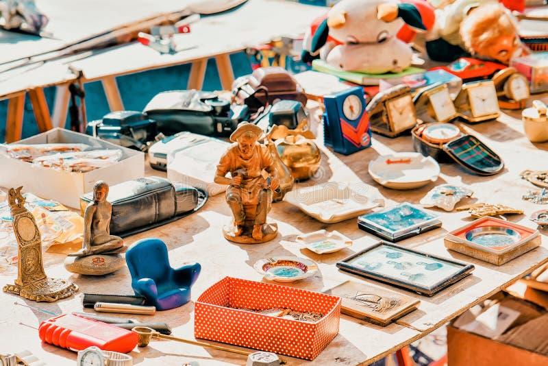 Verschiedene Waren für den Verkauf am Zähler im Flohstraßenmarkt stockfoto