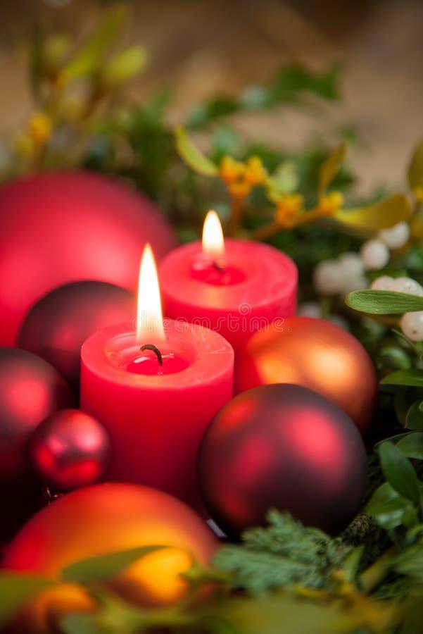 Verschiedene Weihnachtsverzierungen und -kerzenlicht stockfoto