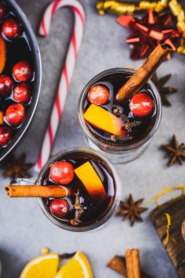 Verschiedene Weine auf festlich dekorierten Weihnachtstischen servieren stockfotografie