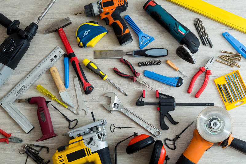 Verschiedene Werkzeuge auf einem hellen hölzernen Hintergrund stockfoto