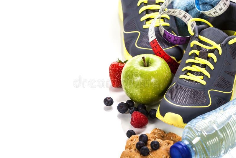 Verschiedene Werkzeuge für Sport und gesundes Lebensmittel stockfoto