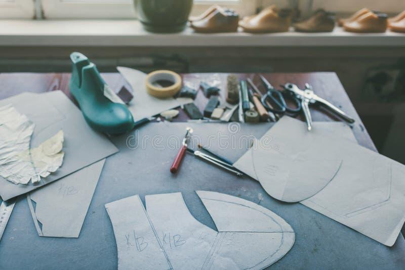 verschiedene Werkzeuge und Schuhletztes lizenzfreies stockfoto