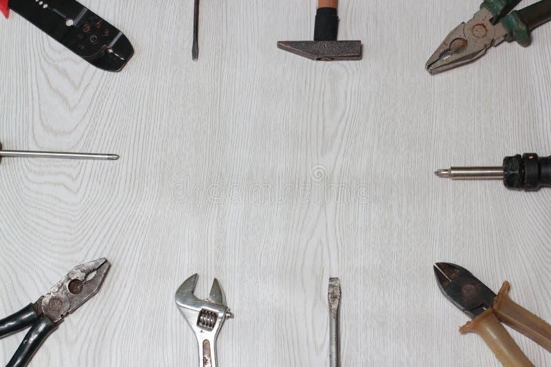 Verschiedene Werkzeuge (Zangen, Hammer, Schlüssel, Quetschwalzen, Schraubenzieher) auf einem hölzernen lizenzfreie stockfotos