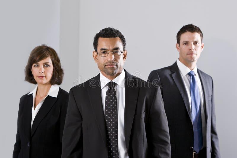 Verschiedene Wirtschaftler in den Klagen lizenzfreie stockfotos