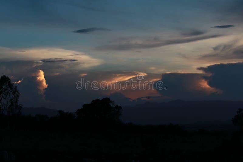 Verschiedene Wolke im Himmel während des Sonnenuntergangs stockbild
