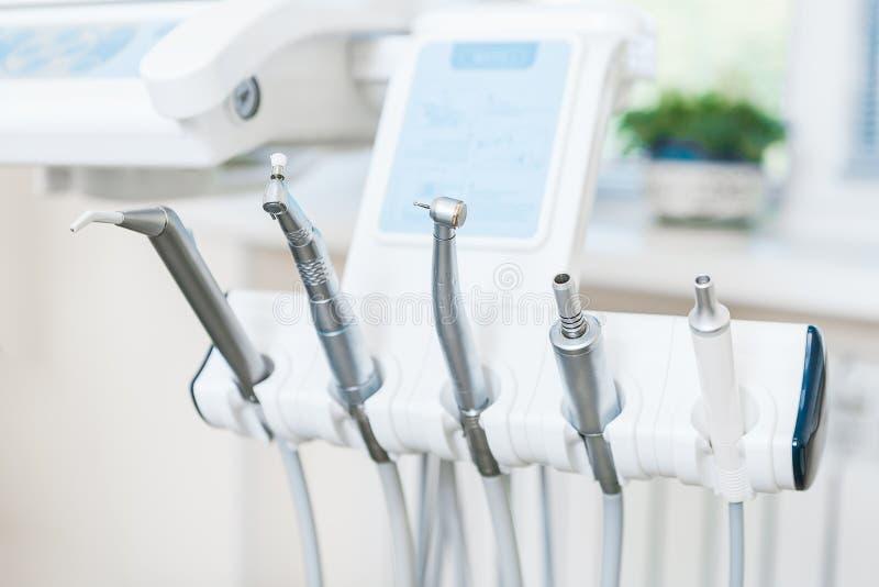 Verschiedene zahnmedizinische Instrumente und Werkzeuge in einem Zahnarztbüro stockbilder