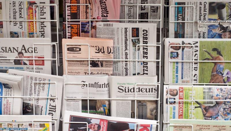 Verschiedene Zeitungen lizenzfreie stockfotografie