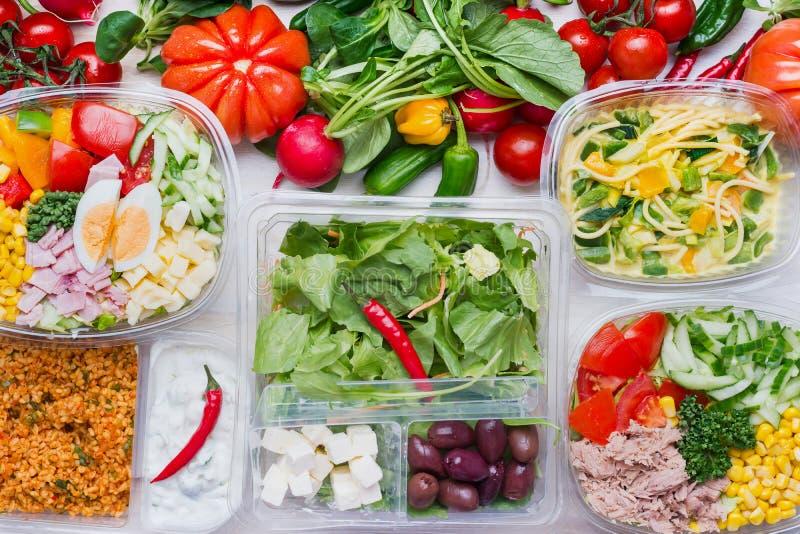 Verschiedener gesunder Salat in den Plastikpaketen für das Diätmittagessen, Draufsicht Säubern Sie biologisches Lebensmittel lizenzfreie stockfotografie