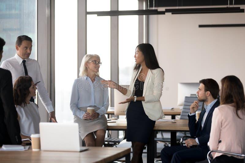 Verschiedener Kollege zusammen erfasst im Geschäftstreffen am cowor lizenzfreies stockbild