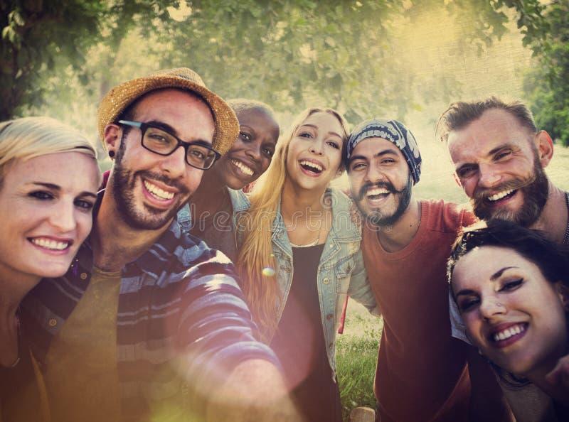 Verschiedener Sommer-Freund-Spaß, der Selfie-Konzept verpfändet stockbild