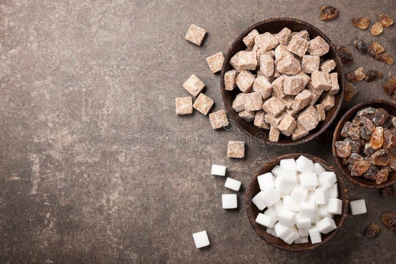 Verschiedener Zucker in den Schüsseln lizenzfreie stockfotos