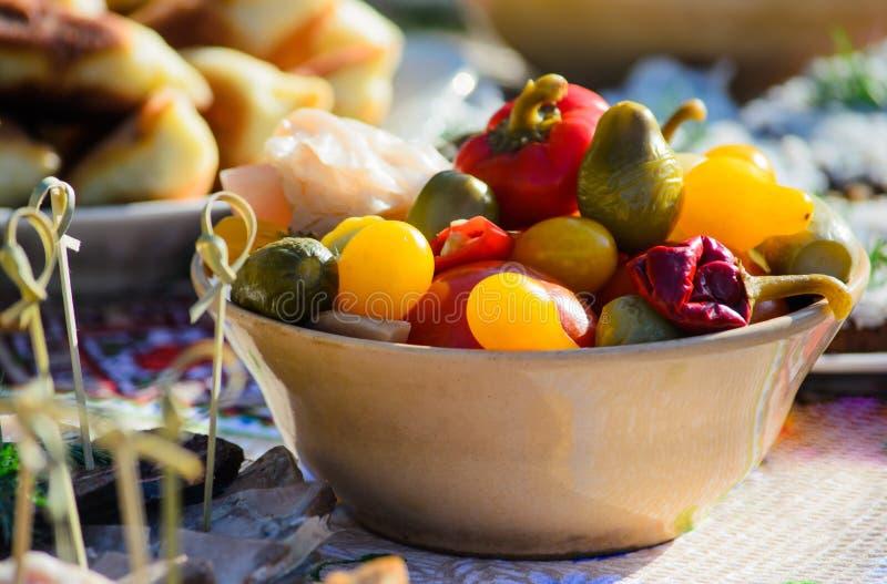 Verschiedenes in Essig eingelegtes Gemüse auf der Platte stockfotos