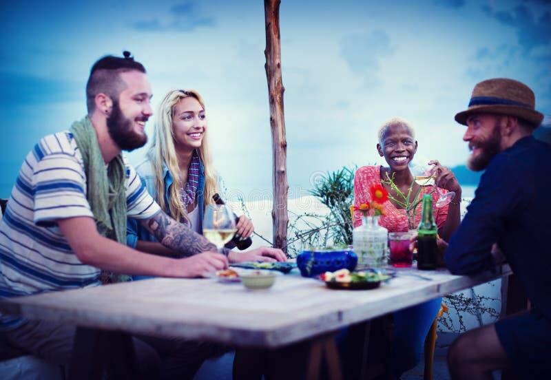 Verschiedenes ethnisches Freundschafts-Partei-Freizeit-Glück-Konzept stockbild