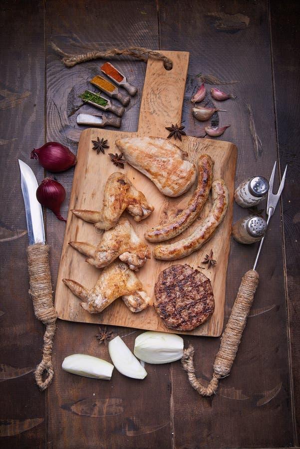 Verschiedenes Fleisch grillt, Lebensmittelhintergrund, hölzerner Hintergrund stockbilder