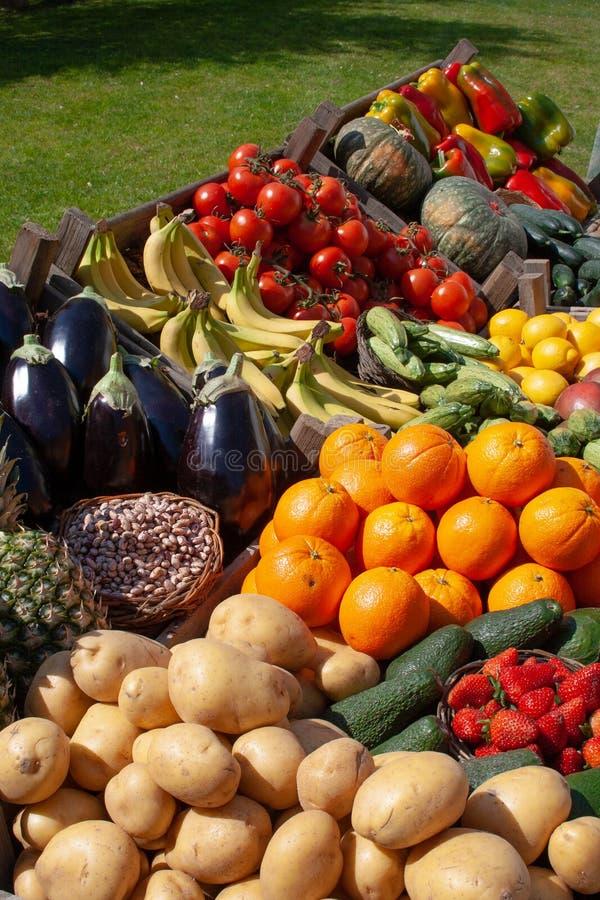 Verschiedenes frisches biologisches Gemüse und Früchte stockbild