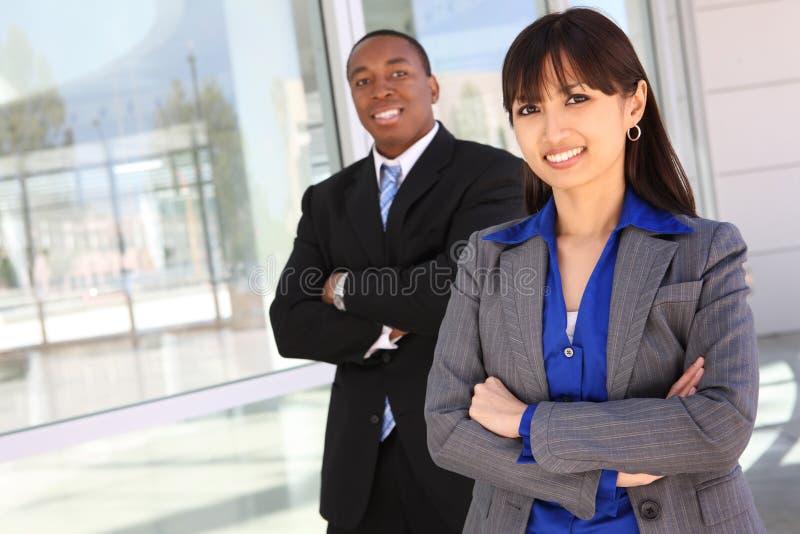 Verschiedenes Geschäfts-Team am Bürohaus stockbilder