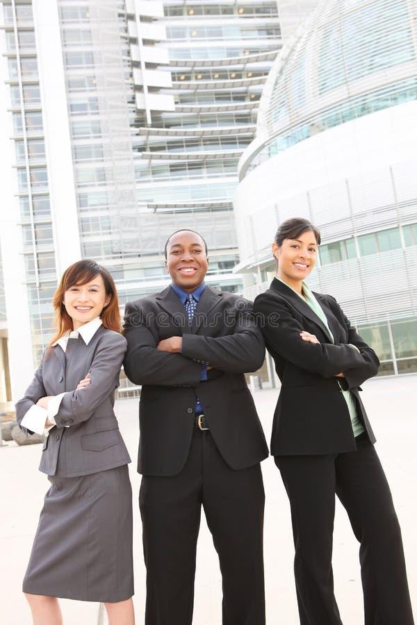 Verschiedenes Geschäfts-Team am Bürohaus lizenzfreie stockfotos
