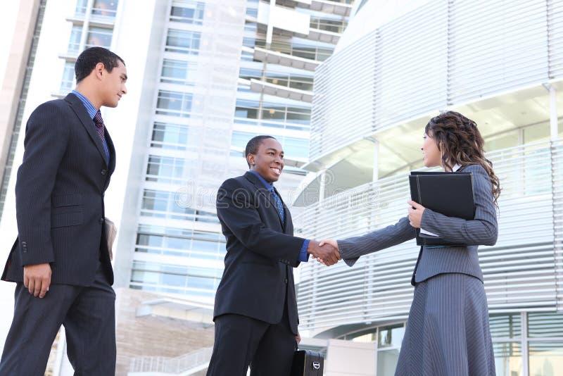 Verschiedenes Geschäfts-Team, das Hände rüttelt stockfotos