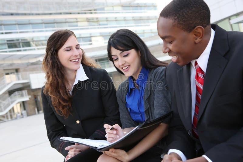 Verschiedenes Geschäfts-Team im Büro lizenzfreie stockfotos